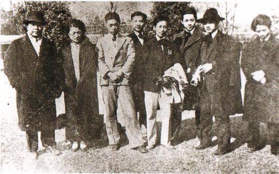 1929年,徐悲鸿(右二)、吕霞光(右三)、蒋兆和(右四)、吴作人(右五)、谢寿康(左一)、俞珊(左二)、田汉(左三)在南京中央大学。