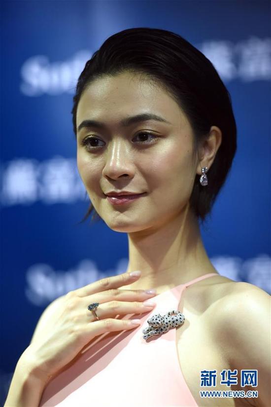 9月12日,模特在展示珠宝套装拍品。当日,香港苏富比珠宝首饰秋拍举行传媒预展。本季拍卖共计推出超过250件拍品,总估值约合5.4亿人民币。 新华社记者 秦晴