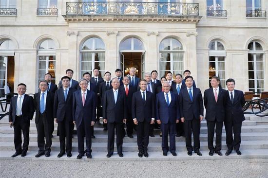 法国总统马克龙在爱丽舍宫接见博鳌代表团并受赠国礼《祥和樽》