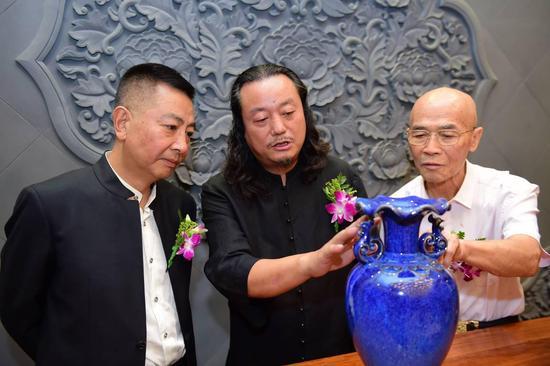 任志宏、张怀强与闫振堂先生鉴赏国礼《祥和樽》