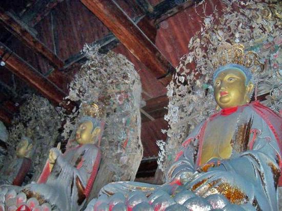 平遥县清凉寺的泥塑菩萨像
