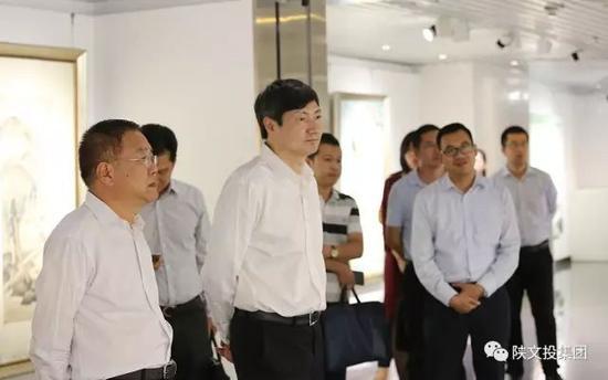 唐中祥一行在陕西文交所艺术精品展厅参观