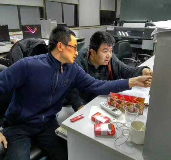 执行主编卢新元(右)与上海书画出版社编辑张恒烟(左)