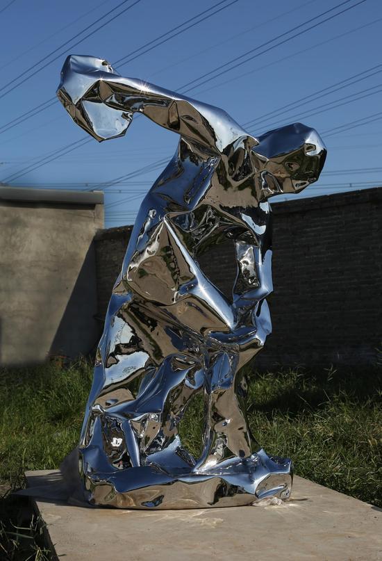 《掷铁饼者》锈钢,高:180cm,2017年