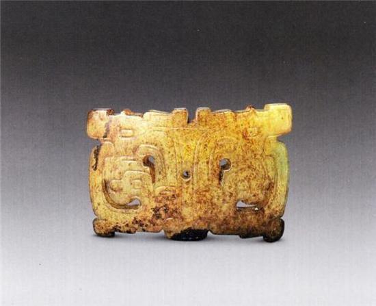 玉镂雕兽面纹饰件   西周   长5厘米 高3.l厘米 厚0.3厘米   清宫旧藏