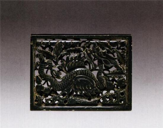 碧玉镂雕飞龙纹带板   明   最长9.l厘米 宽5.4厘米 厚o.6厘米   清宫旧藏