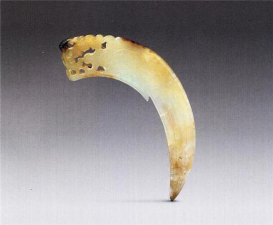 玉双螭纹冲牙   战国   长8.7厘米 宽3.9厘米 厚0.3厘米   清宫旧藏