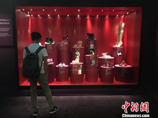 22日起,英国国立维多利亚与艾伯特博物馆的《鞋履:乐与苦展览》巡回展亚洲首站在上海拉开帷幕。