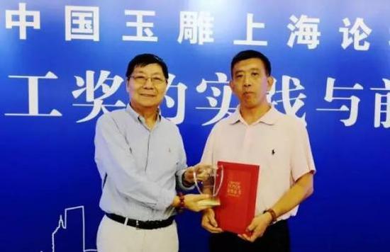 论坛上中国玉石雕神工奖组委会给新一批中国玉雕艺术评论家颁授了荣誉