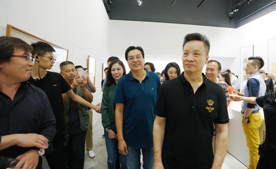 著名歌唱家阎维文(右一) 展览
