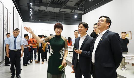 著名学者于丹( )参观展览