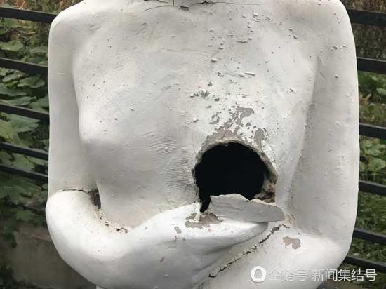 路边雕塑不同程度受损遭破坏断臂断指