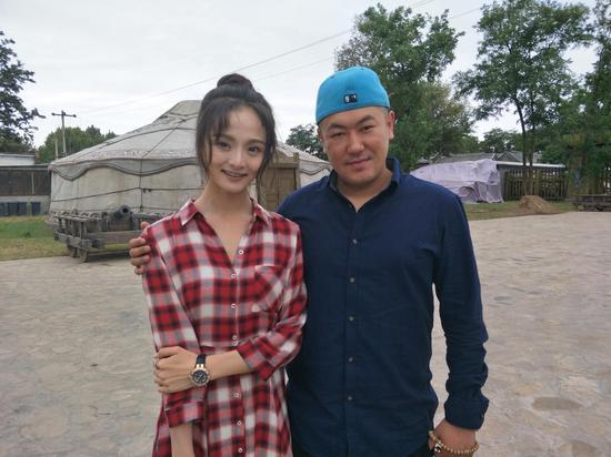 察必皇后的扮演者骆文博与忽必烈扮演者苏日雅合影