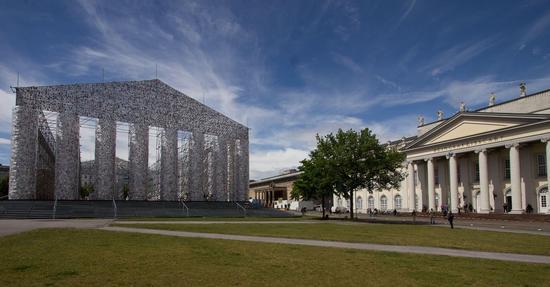 展览现场,米努欣(Marta Minujin)的作品《书之帕特农神庙》。