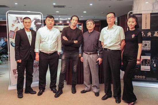 从左至右依次:杨子、肖凤春、阿德里安·布劳迪、朱京巍、赵建立、张羽熙
