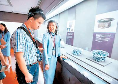 """台北故宫推出""""视障观众多元友善服务"""",除提供视障朋友撰写的口述影像语音导览内容,导览员受过专业训练,能以视障者容易理解的语汇去描述文物。"""
