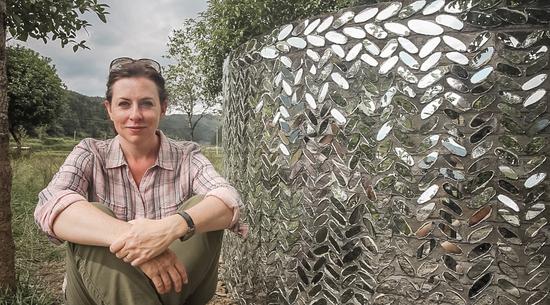"""美国艺术家Laura Boles Faw在其作品""""蛇形墙""""前"""