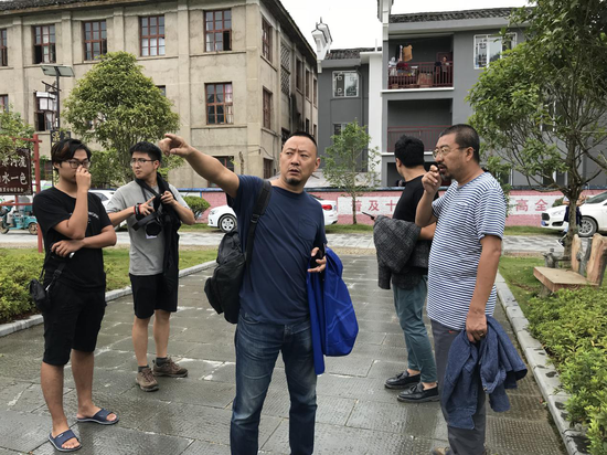 艺术家李勇政在河道旁与艺术季总策展人爱默杨交谈创作构思