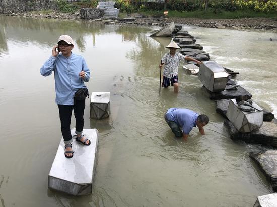 艺术家席华在隆里古镇龙溪河创作现场