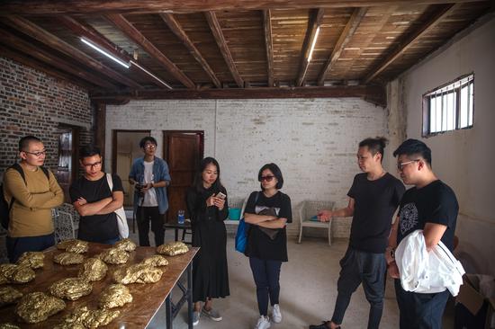 艺术家李博(右二)介绍自己的艺术创作项目