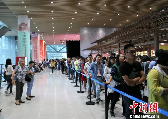 图为成都博物馆内排成长队的观众们。 钟欣 摄