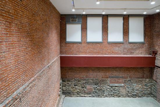辛迪亚·马塞勒《石头的教育》(2016),开幕时。图片来源:纽约现代艺术博物馆PS1