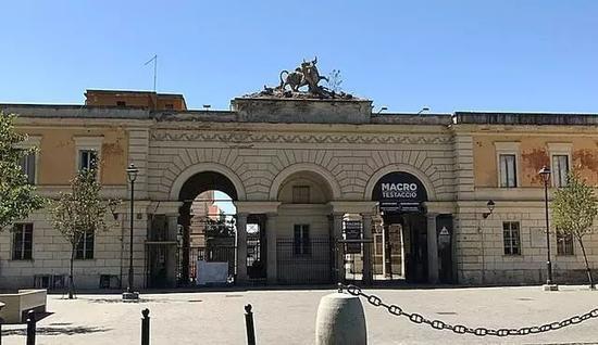 在罗马当代艺术馆Testaccio分馆曾经就是当地的屠宰场,因此在老建筑上还可以看到人与牛的雕塑(photo by Wu Xiaoshuang)