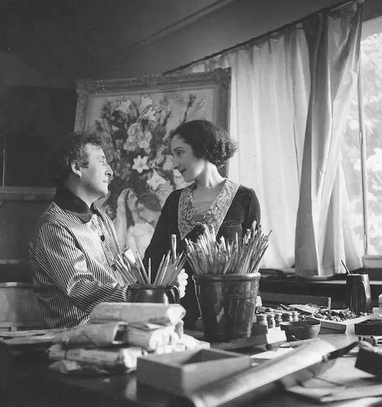 夏加尔与妻子贝拉在巴黎