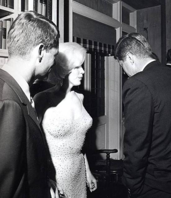 玛丽莲·梦露为肯尼迪总统庆祝生日时穿的裙子