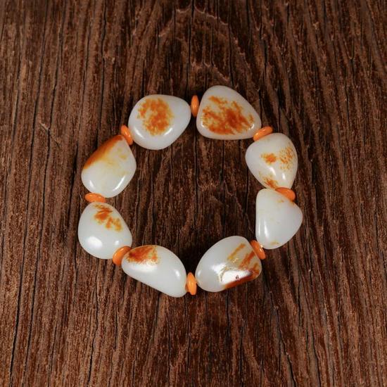 02260和田玉红皮籽料手串    规格:8颗    重量:73g    白度:一级    脂份:高    密度:好    起拍价:RMB50000-80000