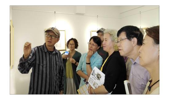 展览现场,左一为艺术家禹天成