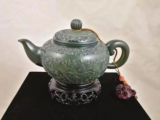 俞挺的玉雕作品《薄胎茶壶》