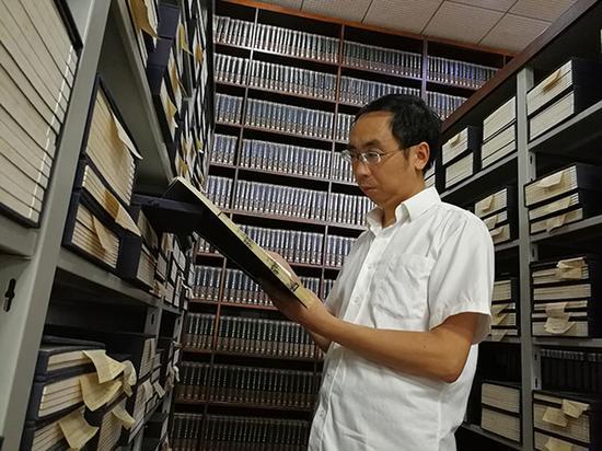 10月2日,寻霖在古籍阅览室查阅文献资料。 本文图片均为 澎湃新闻记者 朱远祥 摄