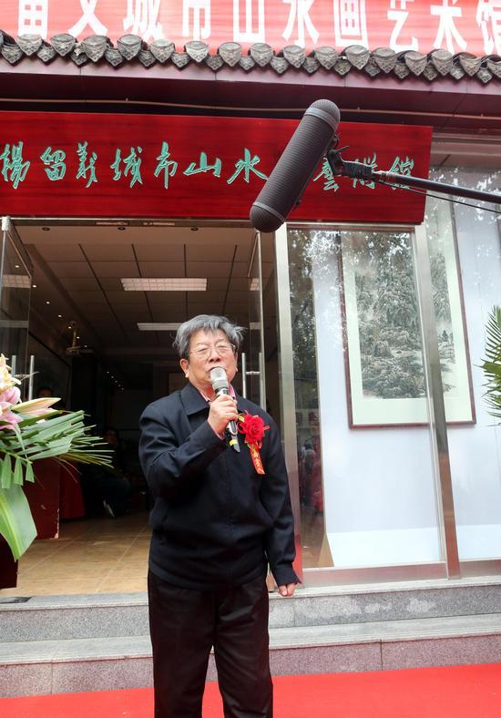 著名画家于志学在开幕式上致辞,祝贺杨留义城市山水画艺术馆开馆