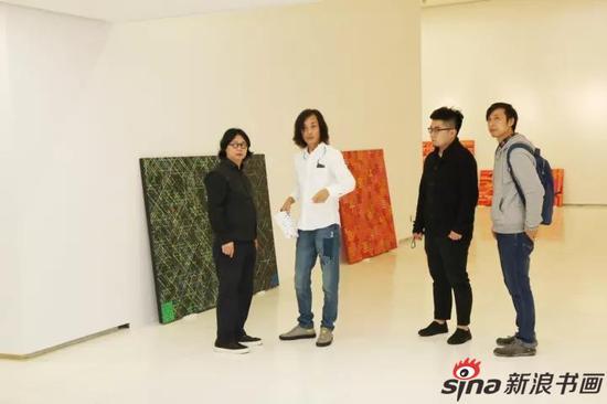 艺术家丁乙先生(图左一)在布展现场
