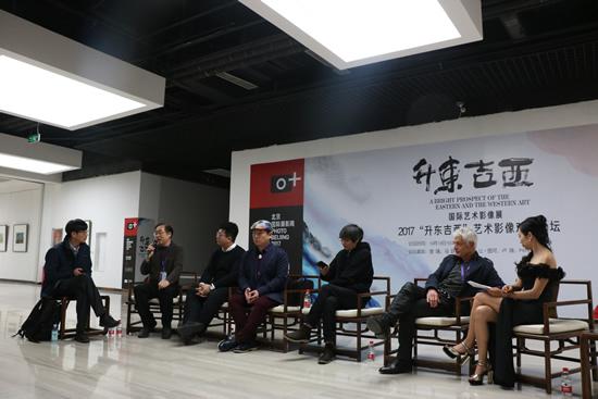 """2017""""升东吉西""""艺术影像对话论坛(左起:曾璜、马跃、杨岳、卢骁、张亚东、PIERRE、张啦啦)"""