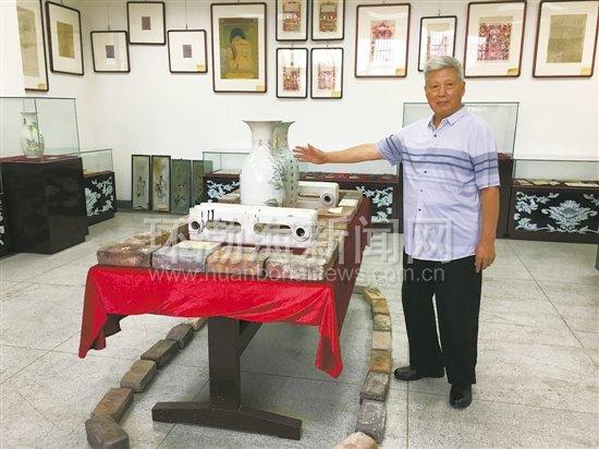 图为李贵祥在介绍他捐献的藏品。记者 晓悦 摄