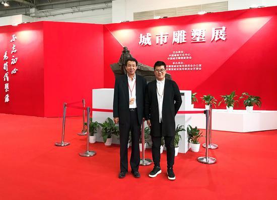 左起:全国城市雕塑建设指导委员会办公室常务副主任陆京、新浪雕塑频道执行主编李杨雷