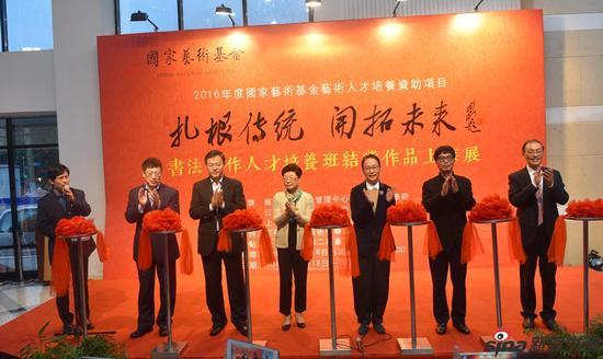 方惠萍主席、张恩迪主席、奚美娟主席、章剑华主席、管向群书记、沈文忠主席为展览剪彩。