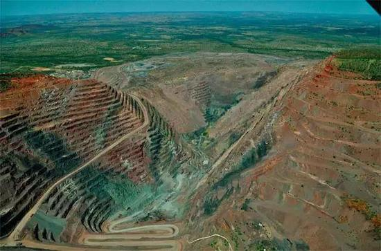 图2  全球约90%的红-粉色钻石来自著名的阿盖尔(Argyle)矿。  矿区每年约产出50ct粉钻,但多为小颗粒。