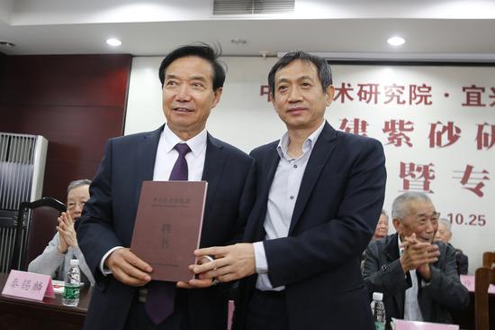 聘请宜兴市陶瓷行业协会会长史俊棠为名誉院长