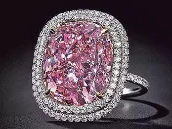 图1  2015年日内瓦佳士得拍卖会,香港富豪以约1.8亿人民币拍下16.08ct粉红巨钻,打破同类钻石的成交纪录。这是迄今已知的最大的枕形切割Fancy Vivid Pink级粉钻,不仅具有高饱和度,且没有任何紫、橙、棕等副色调,  是极罕见的纯粉色Ⅱa型钻石。