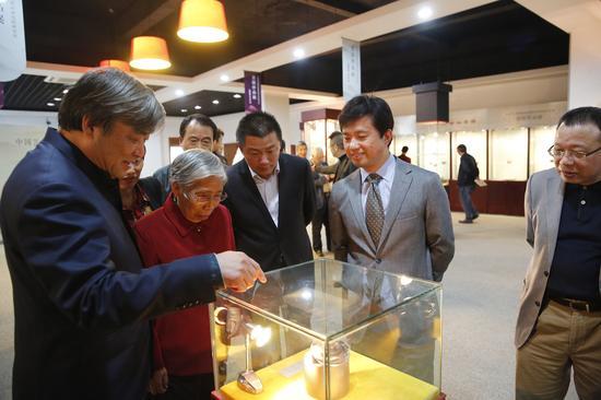 中国工艺美术大师汪寅仙在介绍自己创作的作品