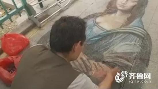 """齐鲁网7月24日报道,山东临沂街头,一位独腿画家用粉笔绘出""""蒙娜丽莎""""。"""