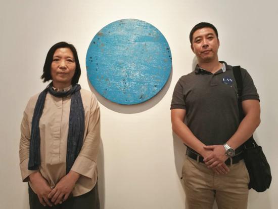 艺术家滕英(左)与学生杨明在作品前合影