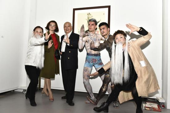 嘉宾和艺术家,文化参赞,舞蹈表演者现场互动佩戴髯口