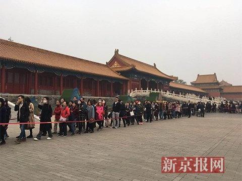 一大早,上千名观众在排队进午门看《千里江山图》。