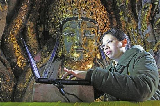 重庆市大足石刻文物保护专家陈卉丽在工作。特约通讯员 邓小强 摄