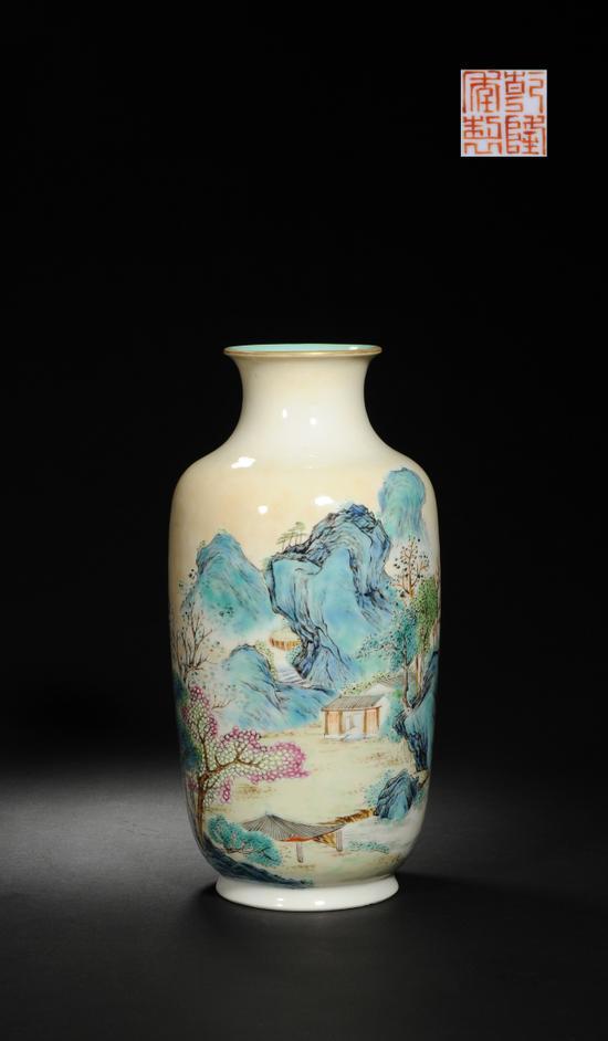 清乾隆 米黄地粉彩山水纹灯笼瓶  H:24cm  来源:伦敦佳士得