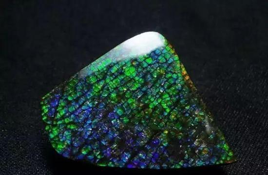 蓝绿紫色变彩(表面见马赛克式裂痕)
